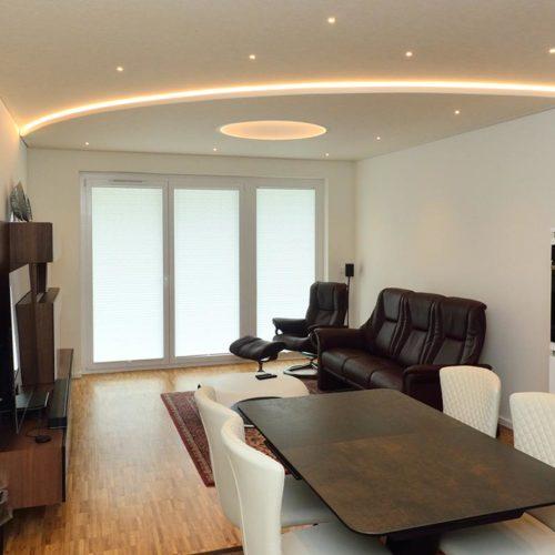 Zwei Ebenen mit Spanndecke und indirekter Beleuchtung