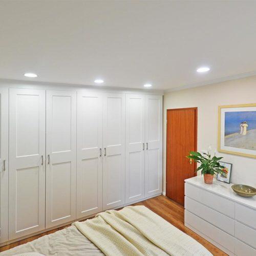 Schlafzimmer mit LED-Spots für weiches Licht