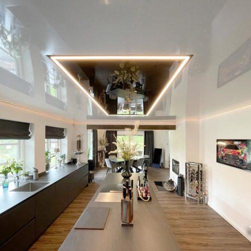 Hochglanzdecke in der Küche mit LED-Line-Lichtelement